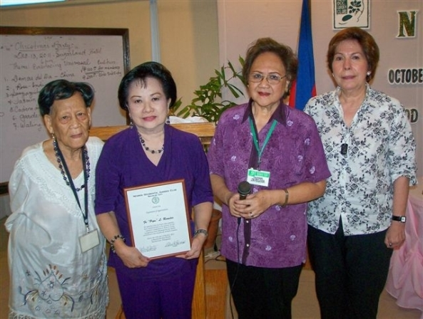 A token of appreciation to club member and local artist Fe Remitio (2nd right) for her generous donation from the sale of her paintings. With (l-r) Negros Occidental Garden Club president Glo Tajanlangit, awards committee chair Daphne Javelosa and Garden Show chair Lita Cruz