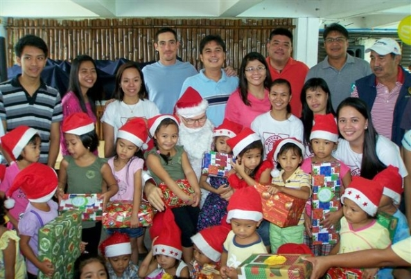 Santa with children from the Villa Gracia Day Care Center, members of Marapara Rotary and Rotoractors