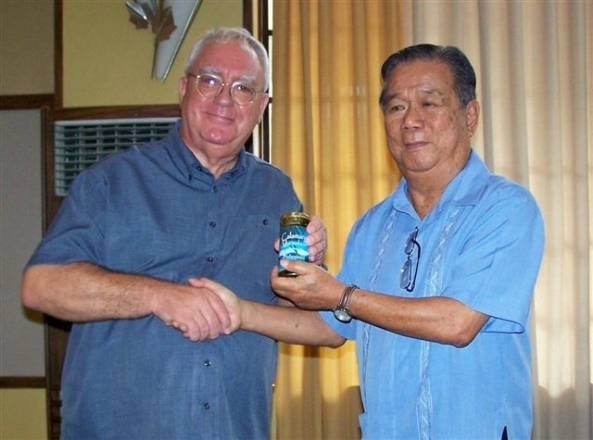 Robert Harland presents Negros Occidental Governor Alfredo Marañon with the first jar of the local Calamansi marmalade