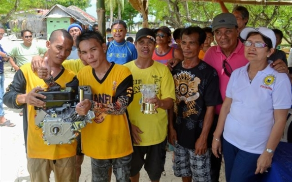 Overall champion Elpidio Temporada (2nd right) with his team mates. Looking on are Victor Puey and Cadiz City councilor Bamboo Puey