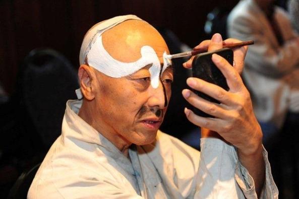 Opera star Kang Wansheng preparing for a performance