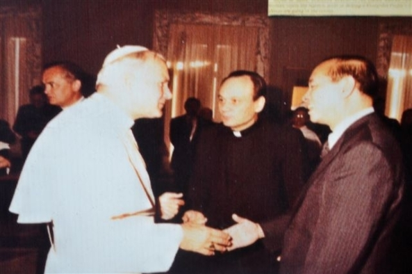 Rafael M Salas with Pope John Paul 11